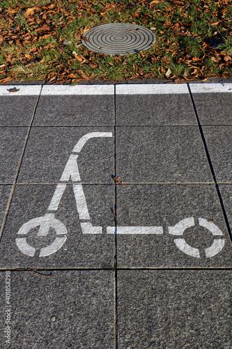 Fototapeta Piktogram parkingu dla hulajnóg elektrycznych w centrum miasta obraz