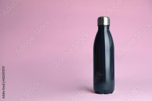 Obraz Stylish thermo bottle on pink background, space for text - fototapety do salonu