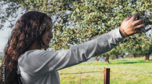 Valokuvatapetti teenager takes a selfie in the field