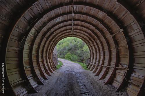 Fotografering Un camino de tierra atraviesa un tunel
