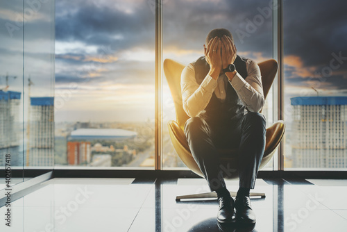 Photo A stricken with grief man entrepreneur is going through the bankruptcy of his bu
