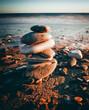 Steine als Säule am Meer