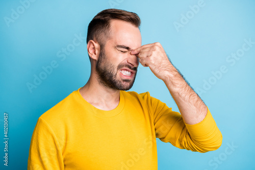 Obraz Photo portrait of man suffering from migrane headache spasm grimacing need doctor pills isolated on vibrant blue color background - fototapety do salonu