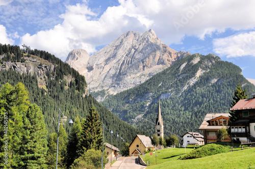 Typowe górskie miasteczko w Dolomitach, Włochy #402145873