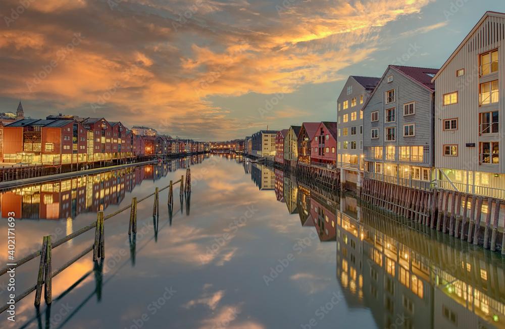 Fototapeta historische Lagerhäuser Trondheim Abendort