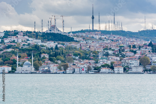 Foto Cityscape of Bosphorus strait with Camlica Mosque and ancient and modern buildin