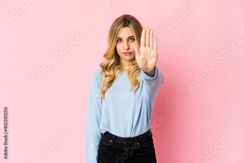 Young caucasian blonde woman impressed holding copy space on palm Fototapet