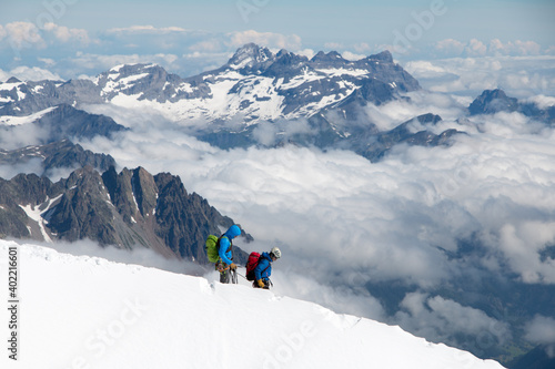 Fotografiet Mountain climbers on Mont Blanc set against the impressive panorama of the Frenc