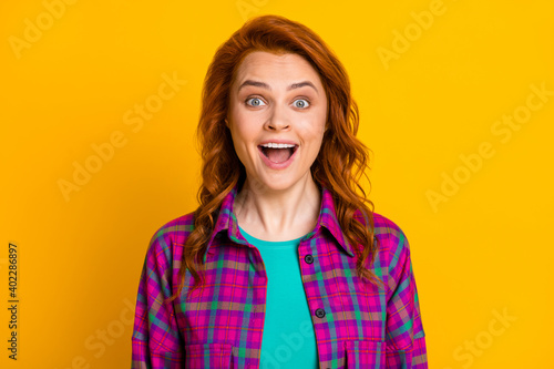 Photo of impressed delighted lady open mouth staring wear purple outfit isolated Fototapet