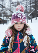 Bambina Primo Piano Con Cappello Nella Neve In Montagna