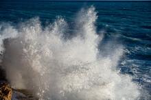 Mer Déchaînée à La Pointe Rabau-Capeù à Nice En France En Hiver