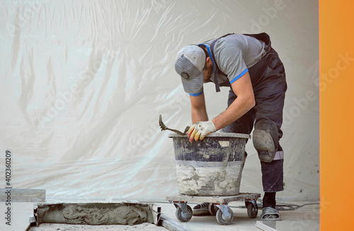 Foto man lays stoneware on a construction site