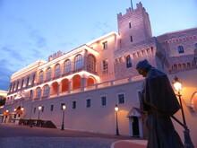 """Façade éclairée Du Palais Princier De Monaco, Avec La Statue De François Grimaldi, Dit """"Malizia"""", Sur La Place, La Nuit"""
