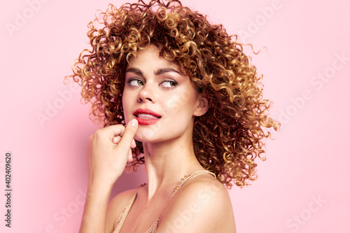Obraz dreamy woman with curly hair looking to the side - fototapety do salonu