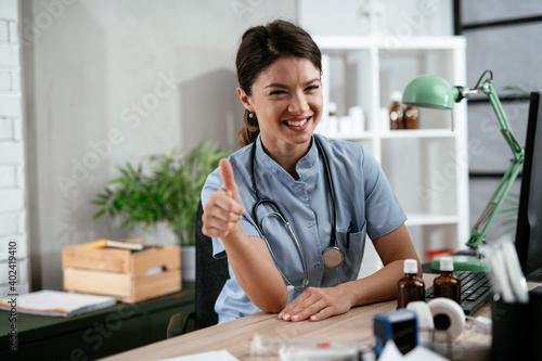 Cuadros en Lienzo Beautiful female doctor working in the clinic