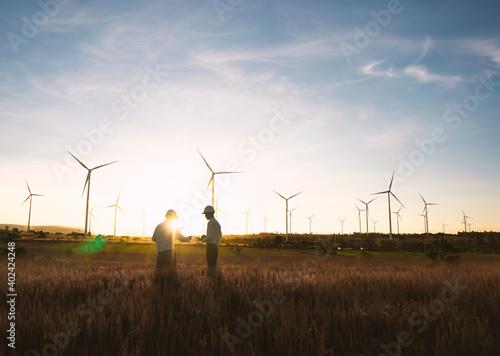 Billede på lærred Investors and technicians are standing in talks about wind turbine power generat