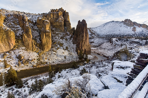 Papel de parede Crooked river and rocks in the Smith Rocks state park in Oregon in winter mornin