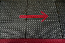 A Red Arrow Pointing Sideways To Indicate Directions,stuck In The Metal Rooster Feet.This Type Of Surface Is Often Used In Seats With A Smooth Glide,such As Passenger Car Floors,boat Decks,or Flyovers