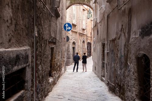 Narrow alleyway in Naples Fototapet