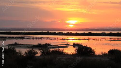 Couchant flamboyant sur l'étang de Thau #402566427