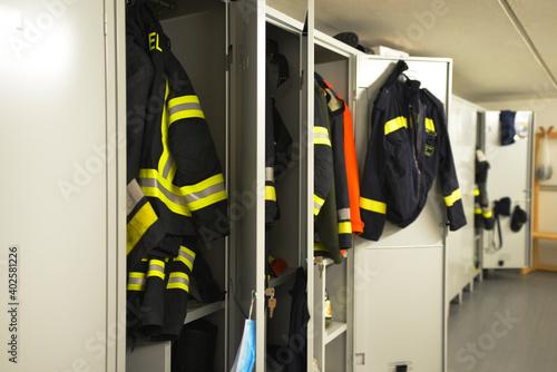 Fotografía Divise nello spogliatoio dei vigili del fuoco