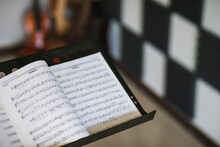 Hombre Maestro De Música Dando Clases
