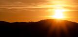 Zachód słońca nad górami. Pomarańczowe niebo sylwetka gór.