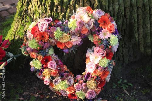 Fotografia Heart shaped sympathy flowers