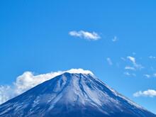 冬(12月)、わずかに雪が降った富士山を本栖湖から望む 山梨県身延町