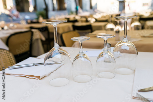 Fotografia White dressed table, close up, horizontal image on the table in wedding banquet area are plates, cutlery, glasses