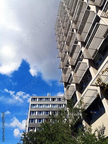 Slika na platnu Moderne Fassade mit Sonnenschutz über dem Fenster bei Sonnenschein im Stadtteil