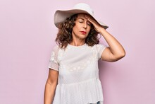 Middle Age Beautiful Woman Wearing Summer T-shirt And Hat Over Isolated Pink Background Surprised With Hand On Head For Mistake, Remember Error. Forgot, Bad Memory Concept.