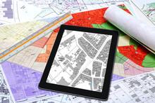 Urbanisme - Aménagement Du Territoire - Cartes De Plan Local D'urbanisme Et Cadastre Affiché Sur Une Tablette Numérique
