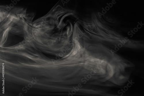 Vászonkép Abstrakte Rauchwolke vor schwarzem Hintergrund