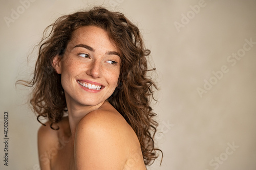 Obraz Smiling beauty woman with freckles looking away - fototapety do salonu