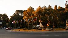 Praça Kikito Em Gramado, No Rio Grande Do Sul, Em época De Natal Com Bandeiras Rodeando A Praça Florida