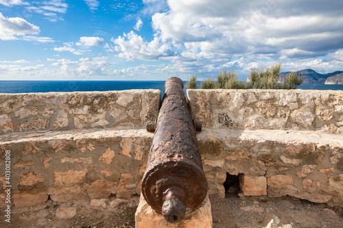 Rusty old cannon at Mirador illes Malgrats, Mallorca Fotobehang