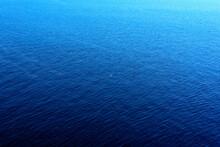 Paisaje Marino Con Mar Azul Tranquilo, Cielo Y Horizonte Al Fondo