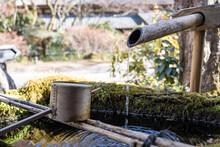 竹から水が流れる和風の水道