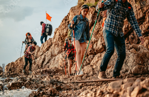 Fotografía A group of hikers descend from the top of the mountain, traversing the mountainside through the sea