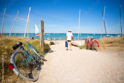 Touriste allant à la plage sur le littoral français. Fototapet