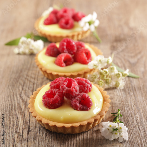 Fotografia lemon tart and raspberry fruit