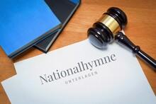 Nationalhymne. Dokument Mit Text/Beschriftung. Schreibtisch Mit Büchern Und Richterhammer Bei Einem Anwalt.