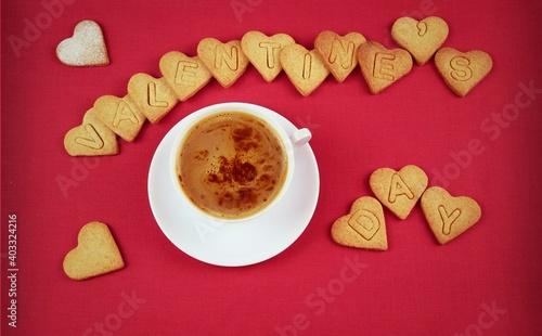 Valentine's day napis z ciasteczek, kawa na walentynki, czerwone tło