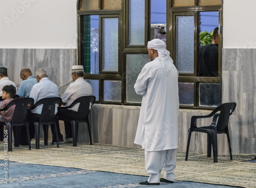 Fotografia Muslim believers pray in prayer room of the Ahmadiyya Shaykh Mahmud mosque in Ha