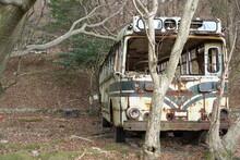 壊れた古いバス