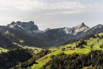 Blick auf die Berge Mattstock und Speer in den Schweizer Alpen, Toggenburg, Nesslau, Kanton St. Gallen, Schweiz