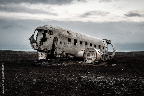 Платно american plane wreck on a black sand beach in the middle of Iceland