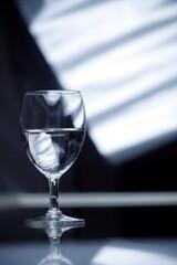 Kieliszek szklany z wodą elegancki