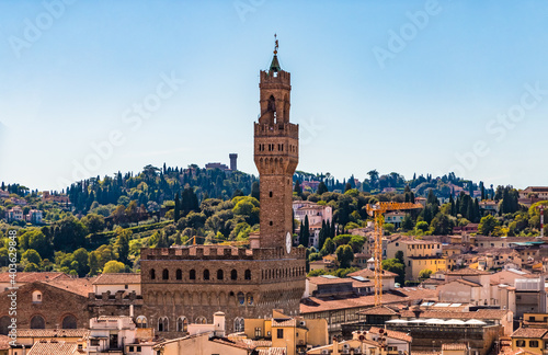 Fotografia Great panoramic view overlooking the historic centre of Florence with a close-up of the popular Palazzo Vecchio with the Arnolfo Tower, seen from the famous Giotto's campanile on a sunny day
